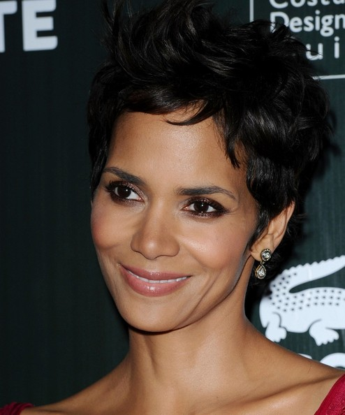 Halle added a classic touch to her modern pixie cut with dangling diamond drop earrings.