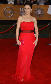 Julia Louis-Dreyfus finished off her all-red ensemble with a simple yet stylish envelope clutch.
