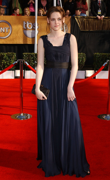 Kristen Stewart accessorized with a black satin clutch at the 2008 SAG Awards.