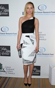 Amber Valletta's black-and-white one shouldered dress looked totally chic and stylish on the beauty.