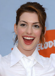 Anne Hathaway wears a bright blue eye shadow to bring out her brown eyes.