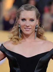 Heather Morris swept on some black liquid liner and a lot of vibrant pink shadow for the 18th Annual SAG Awards.