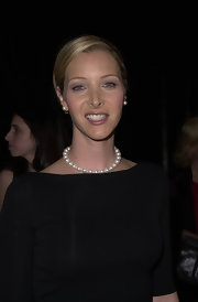 Lisa Kudrow's pearl necklace and black outfit were a timelessly sophisticated pairing.