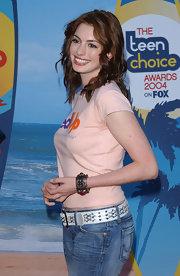 Anne Hathaway wore a wide white leather belt with her jeans for the Teen Choice Awards.