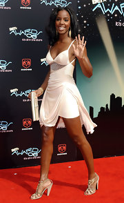 Kelly Rowland teamed her sultry little white dress with a matching satin envelope clutch.