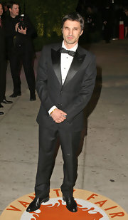 Olivier Martinez wowed the crowd of the Vanity Fair Oscar Party in a classic tuxedo.