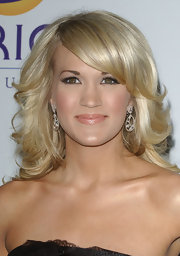 Carrie topped off her look with blond shiny curls.