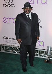 Cedric the Entertainer looked so elegant in a shimmery black suit.