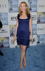 Jennifer Westfeldt complemented her feminine dress with a pair of simple nude pumps.