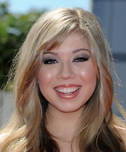 Jennette allowed her smoky silver eyeshadow to take center stage by pairing them with metallic lip gloss.