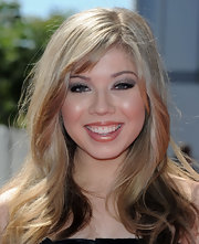 Jennette added a shimmering touch to her look with silver shadow that was softly swept across her lids.