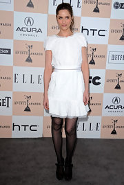 Amanda Peet matched the ladylike vibe of her ruffled white dress with black suede mary jane pumps.