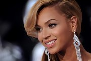 At the 2011 MTV Video Music Awards, Beyonce Knowles kept her makeup soft and natural looking. For her lips she chose a sheer and super shiny gloss.