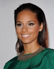 Alicia Keys looked stunning wearing soft silver metallic eyeshadow and dramatic black liner at the 2012 MusiCares Person of the Year Tribute.