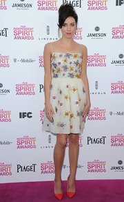 Aubrey Plaza's orange pointy pumps and floral cocktail dress at the 2013 Film Independent Spirit Awards were a lovely pairing.