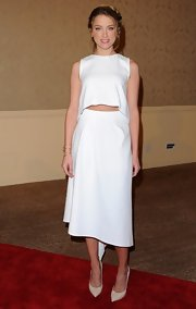 Amber bared just a touch of her tummy with this sleeveless white midriff top.
