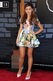 Pretty florals kept Ariana's look fun and flirty on the red carpet of the 2013 VMAs.