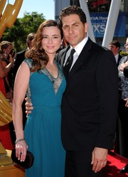 Linda Cardellini complemented her lovely dress with a geometric black hard-case clutch when she attended the Emmys.