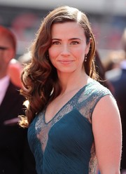 Linda Cardellini looked sweet and glamorous at the Emmys with this side-parted curly 'do.