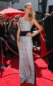 Heidi Klum exuded a modern vibe at the Emmys in a strapless dress with a geometric neckline.
