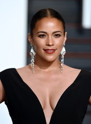 Paula Patton complemented her simple 'do with a pair of ultra-glam chandelier earrings.