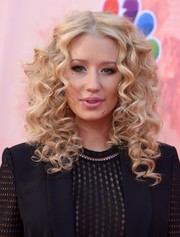 Iggy Azalea got all prettied up a la Barbie with perfectly sculpted curls for the iHeartRadio Music Awards.