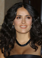 Salma Hayek added some sparkle to her look with copper tone shadow on her upper lids. Defined lashed completed her alluring look.