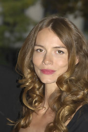 Saffron Burrows looked oh-so-romantic with her big bouncy curls.