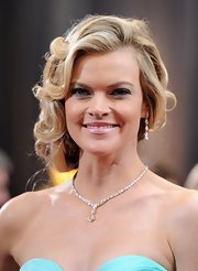 Missi Pyle wore a stunning fancy shape diamond necklace featuring over 80 white diamonds along with a pair of pear-shape diamond chandelier earrings for the 2012 Academy Awards