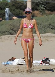 Alessandra showed off her rock-solid abs with this red-and-white patterned string bikini.