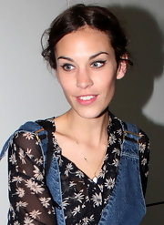 Alexa Chung arrived at the Sydney Airport with minimal makeup and a sweep of black liquid liner along her upper lash line.