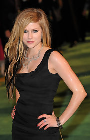 Avril's punky long sandy blonde and black hair is side-parted and scrunched for added texture.