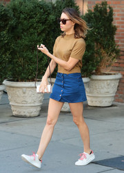 Aubrey Plaza accessorized her outfit with a small white chain-strap bag.