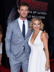 Chris Hemsworth wore a 2-button soft plaid suit with notch lapel.