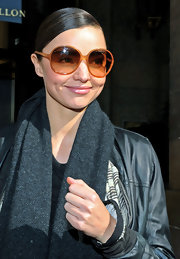 Miranda flashed her dimples to the photogs while sporting an extra large pair of round, orange sunglasses.