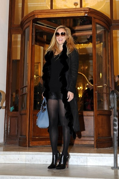 http://www2.pictures.stylebistro.com/bg/Bar+Refaeli+is+a+happy+shopper+E0YHcYi92pvl.jpg