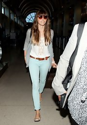 Jessica played the part of a modern bohemian in a pair of mint green ankle-length skinnies.