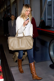 Cameron Diaz traveled in class carrying a lovely nude woven tote.