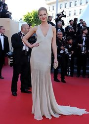 Erin Heatherton looked elegant and lovely in this flowing silver gown that featured chiffon panels on the skirt.