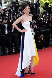 Marion Cotillard's color blocked strapless gown looked totally elegant on the French star.
