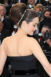Marion Cotillard accessorized her voluminous 'do with an 18-carat white gold necklace set with diamonds.