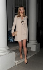 Suki Waterhouse continued the neutral palette with a nude leather clutch.