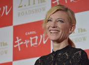 Cate Blanchett wore her hair in a low ponytail with side-swept wavy bangs at the 'Carol' stage greeting in Tokyo.