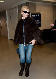 Cate traveled in style, opting for flat leather boots.