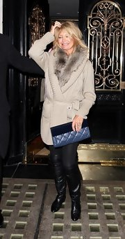 Goldie Hawn dressed up her casual attire with a blue leather quilted clutch with velvet trim.