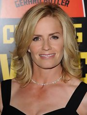 Elisabeth Shue wore her blonde locks in shoulder length, layered waves.