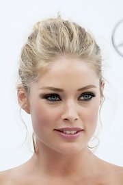 Doutzen Kroes wore her eyes heavily lined for the amfAR Gala.