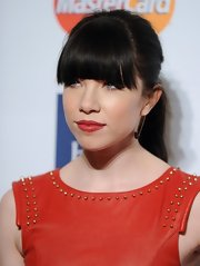 Carly Rae Jepsen slung her dark brown tresses into a loose ponytail for the 2013 Pre-Grammy Gala, letting her fringe do all the talking.