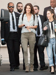 Cobie Smulders teamed her shirt with a pair of skinny cargo pants.