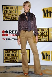Jenna Elfman accessorized with a large gold cuff at the Critics' Choice Television Awards.